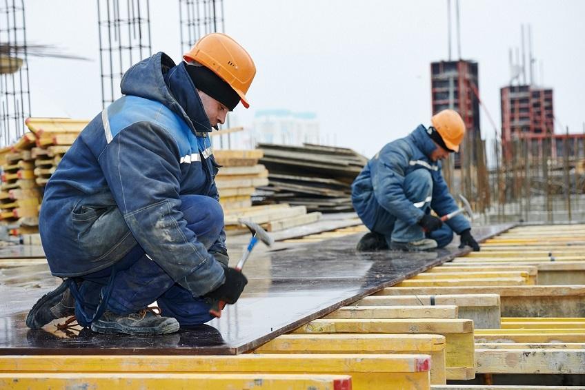 Salariatii din domeniul constructiilor vor beneficia de un alt salariu minim si de scutiri de taxe